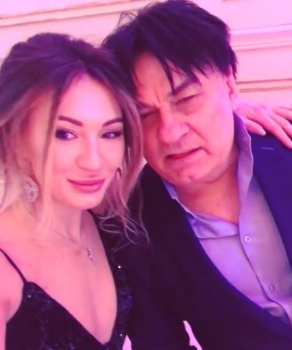 Серов объявил экс-супругу алкоголичкой, адочь— неуравновешенной
