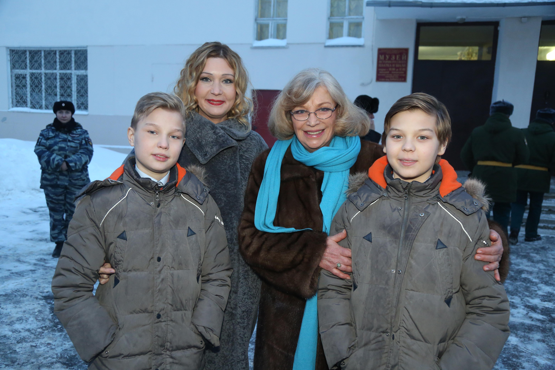 Семья Вячеслава Тихонова уехала наего родину